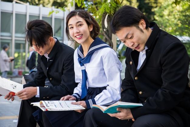 屋外で会う日本人学生