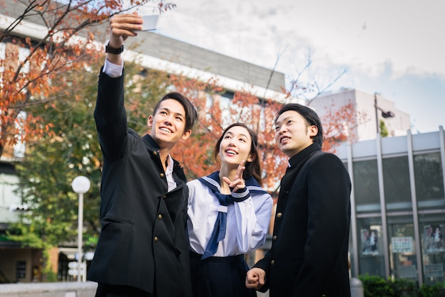 Японские студенты встречаются на открытом воздухе