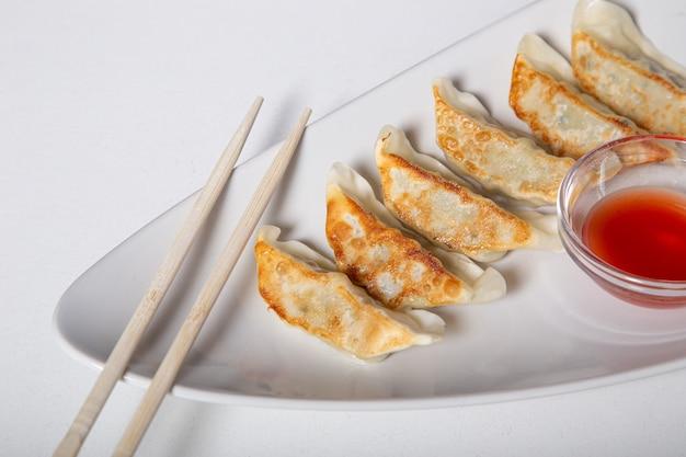 白い皿に「餃子」と呼ばれる和風の文化料理を。