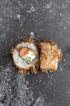 Японские суши bonito на сером фоне бетона.