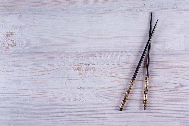 Японские палочки для суши на белом фоне деревянные. вид сверху с копией пространства