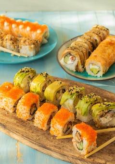 Японская суши-еда маки и роллы с ассорти из тунца, лосося и креветок выборочный фокус