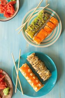 Японская суши-еда маки и роллы с ассорти из тунца, лосося и креветок вид сверху