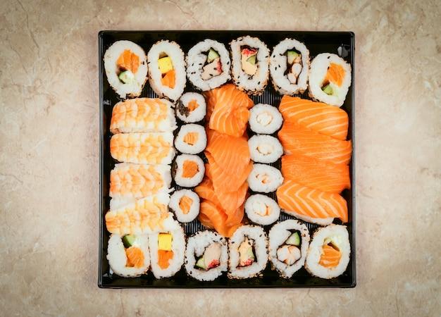 일본 스시 음식. 참치, 연어, 새우, 게, 아보카도가 들어간 마키 앤스 롤