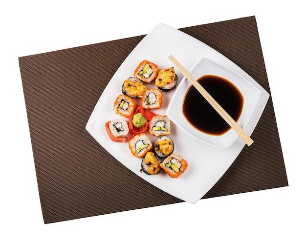 흰색 배경에 고립 된 접시에 일본 스시
