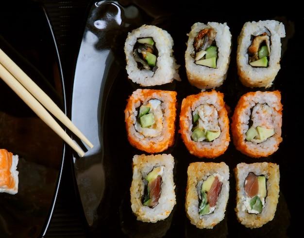 Японские суши на черной тарелке