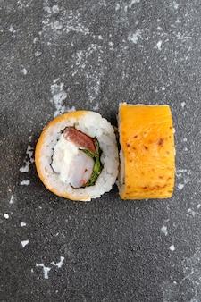 Японские суши на сером фоне бетона.
