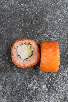 Японские суши филадельфия на сером фоне бетона.