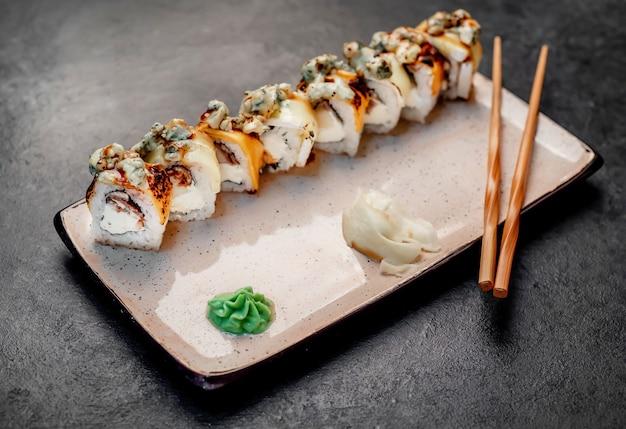 石の背景に日本の寿司ロール