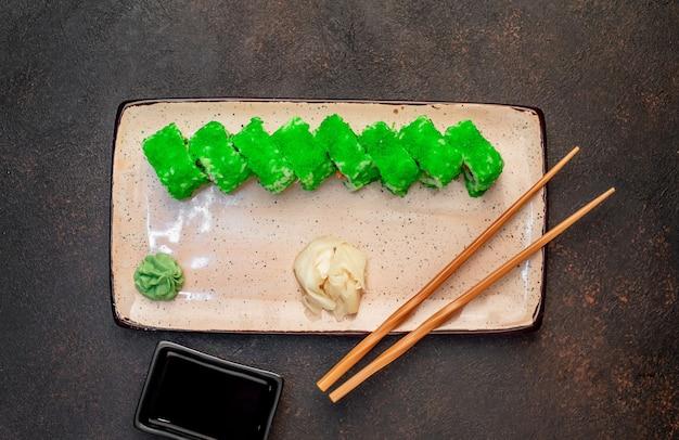 Японские суши-роллы на каменном фоне