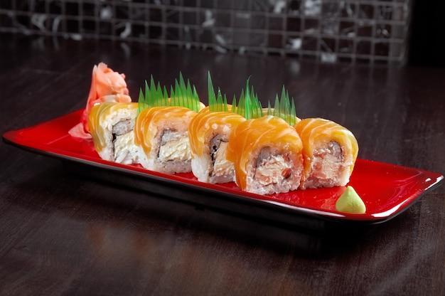 日本の寿司の伝統的な日本食。サーモンのロールパン
