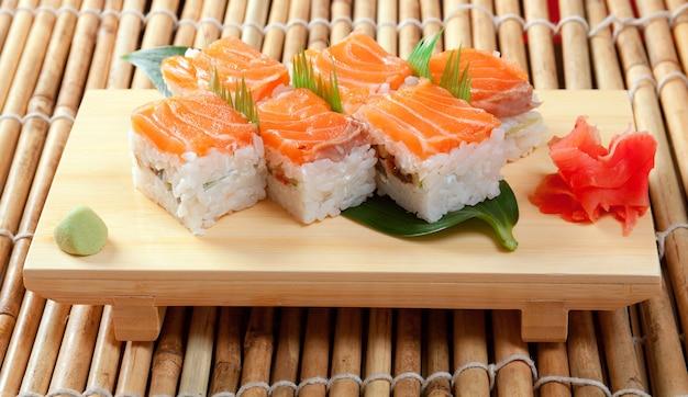 日本の寿司の伝統的な日本食。鮭で作られたロール