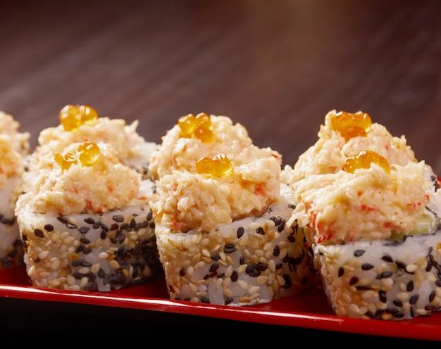 日本の寿司の伝統的な日本食。魚の燻製で作られたロール