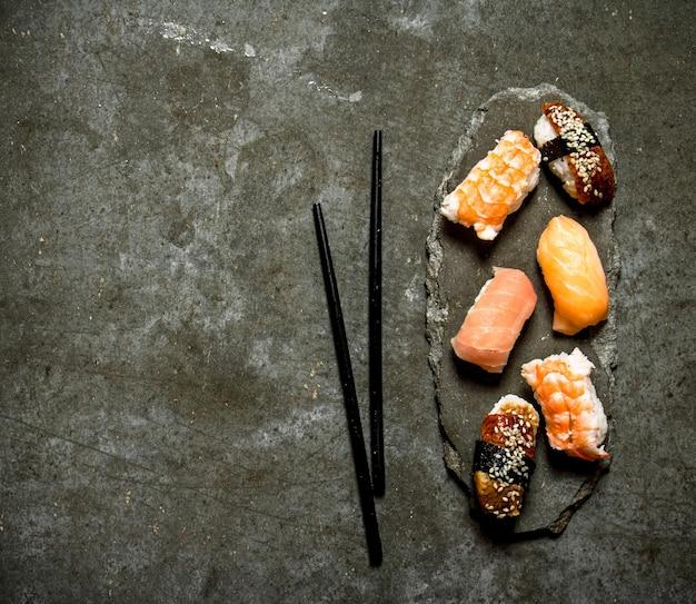 Японские суши с лососем, креветками и угрем.