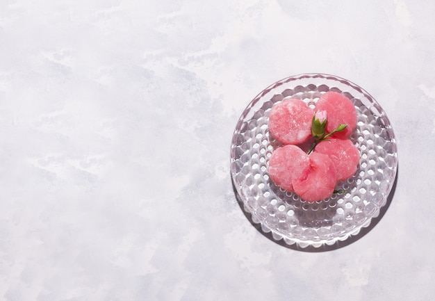 灰色の背景に和菓子餅ピンク。スペースをコピーします。上から見る