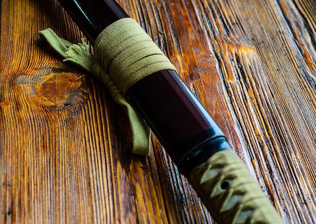 Катана японского меча на деревянном фоне