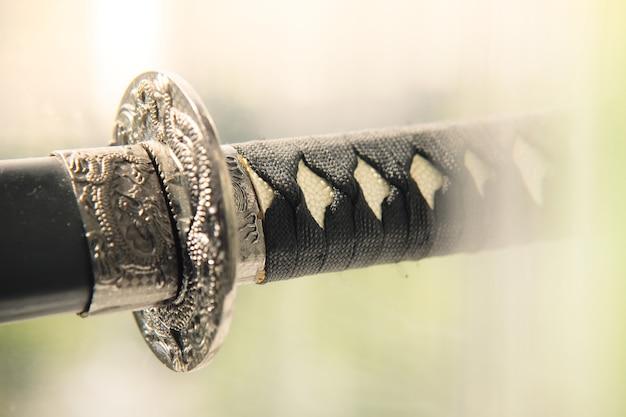 Катана японского меча с крупным планом связанной ручкой. традиционное холодное оружие.