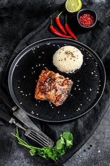 Японское филе лосося терияки, обжаренное на гриле в остром соусе с гарниром из риса.