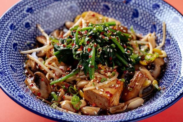 Японский салат из тофу с грибами
