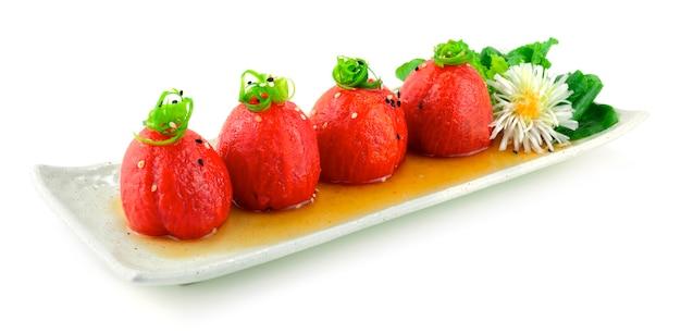 ねぎの上にだしと醤油をのせた日本のトマトサラダ日本料理スタイル