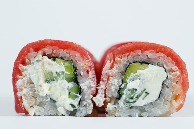 日本の伝統的な食べ物。フィラデルフィアの巻き寿司に新鮮なアボカドキャビアとクリームチーズ、スモークサーモンを添えて