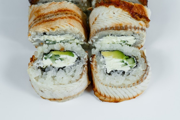 일본 전통 음식. 신선한 장어와 크림 치즈, 캐비아를 곁들인 클래식 스시 롤