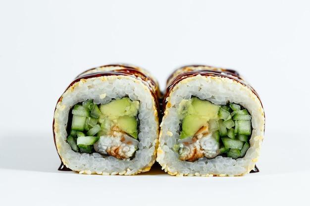 日本の伝統的な食べ物。新鮮なウナギとクリームチーズとキャビアを使ったクラシックな巻き寿司