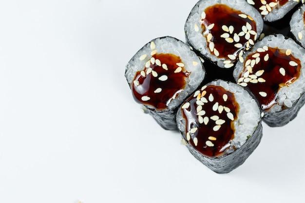 일본 전통 음식. 신선한 참치 아보카도와 크림 치즈, 간장을 곁들인 스시 롤