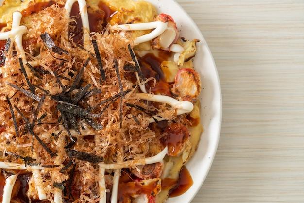 Японская традиционная пицца под названием окономияки - стиль японской кухни