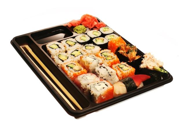 일본 전통 스시. 흰색으로 격리.
