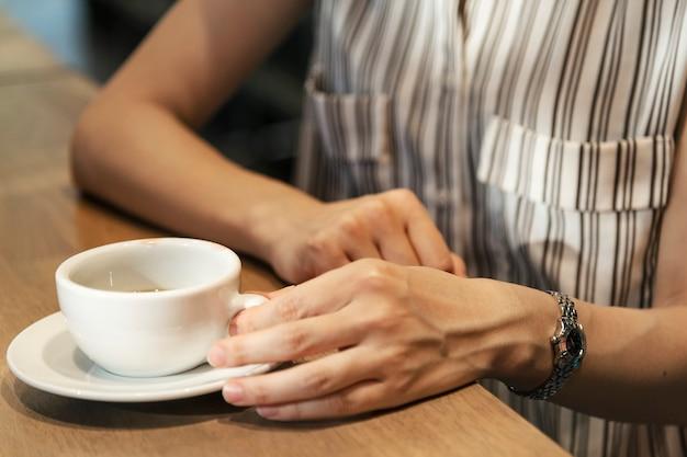 Японская женщина с кофе