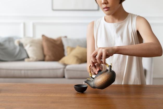 Японка готовит зеленый чай матча