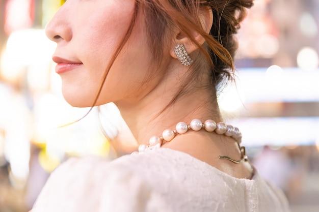Японка с гламурным ожерельем на улицах токио, япония