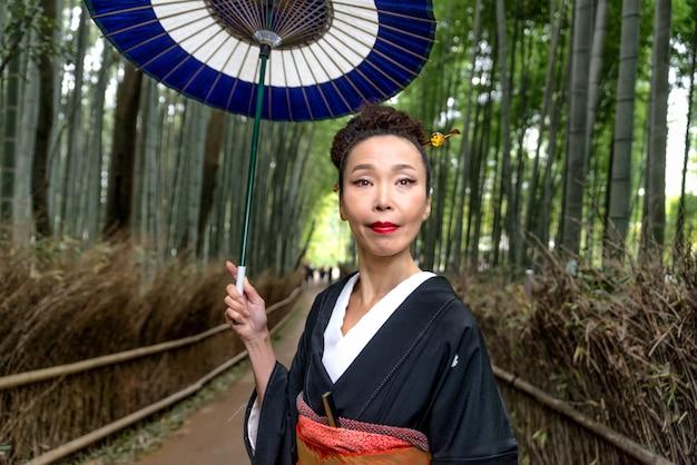 아라시야마 대나무 숲에서 기모노와 일본 여자