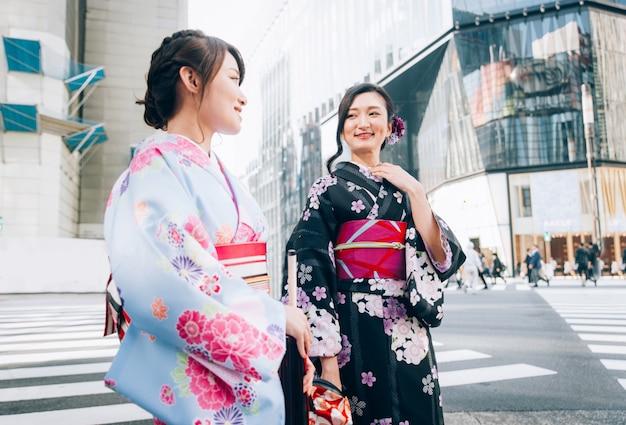 도쿄에서 기모노를 걷는 일본 여성