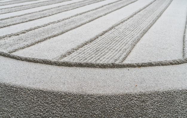 日本の禅の庭の瞑想石。