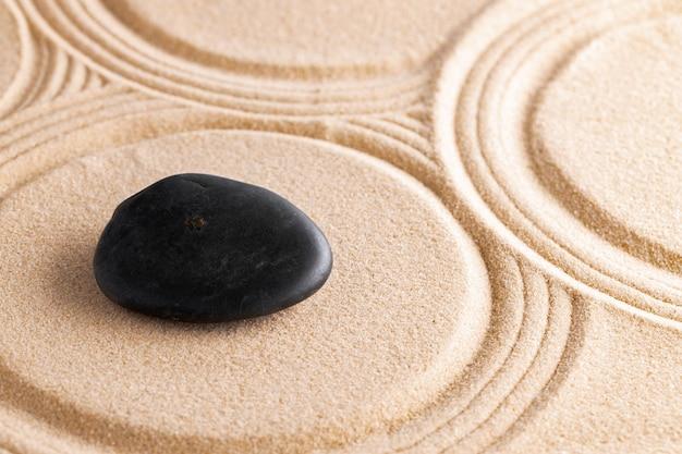 레이크 모래에 돌이있는 일본 선 가든