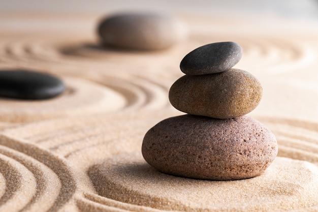 掻き集められた砂の石のある枯山水