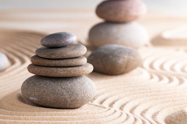 Японский дзен-сад с камнем в грабленом песке