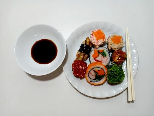 쇼유 소스를 곁들인 일본식 스시 세트