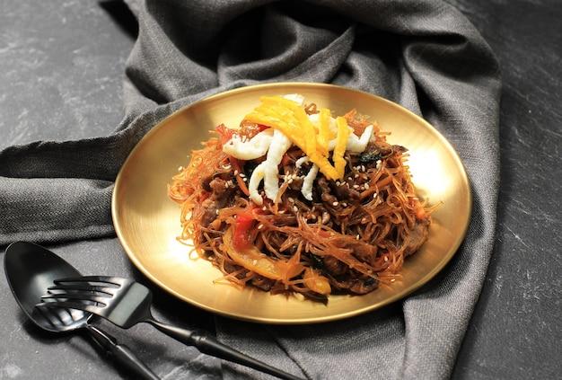 잡채 야채와 고기를 곁들인 한식 유리 잡채 국수 요리. 아시아 전통 음식, 한국 정통 식사. 텍스트를 위한 공간 복사