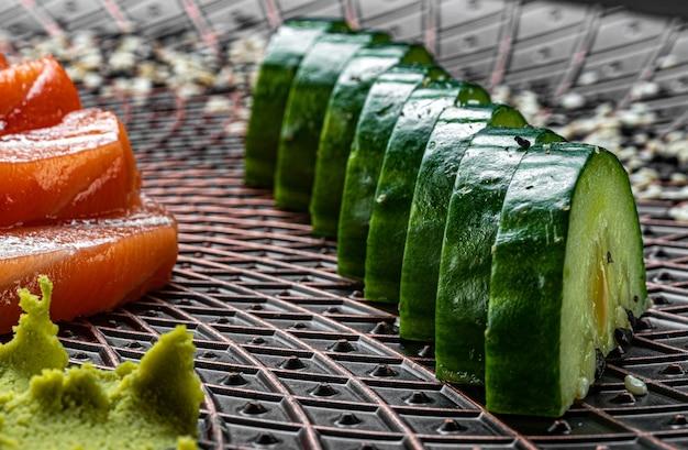 Японская кухня. салат из огурцов с лососем и васаби.