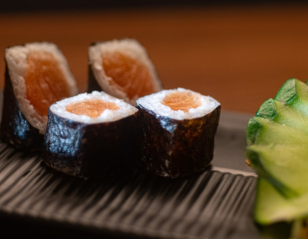 Японская кухня. хосомаки с салатом из огурцов.