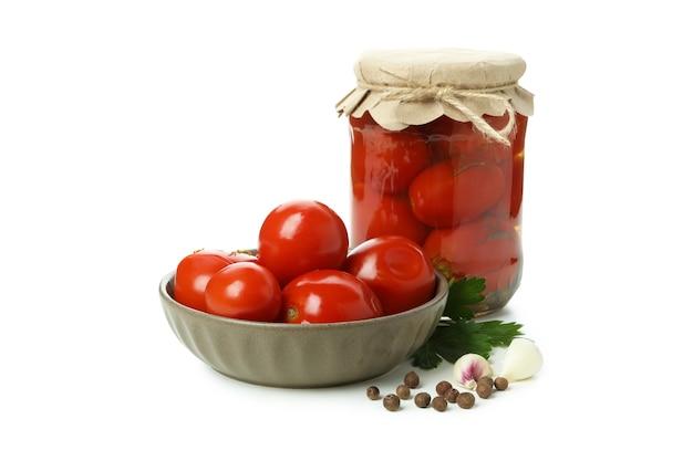 白い背景で隔離のトマトのピクルスと瓶とボウル