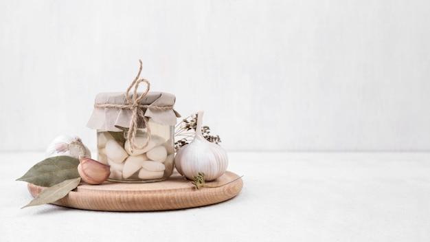 Jar arrangement with garlic