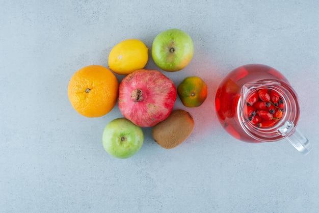 Barattolo di succo e verdure fresche sull'azzurro Foto Gratuite