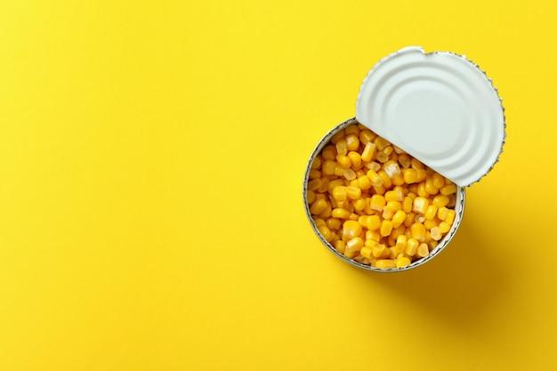 黄色の缶詰のトウモロコシの瓶、上面図