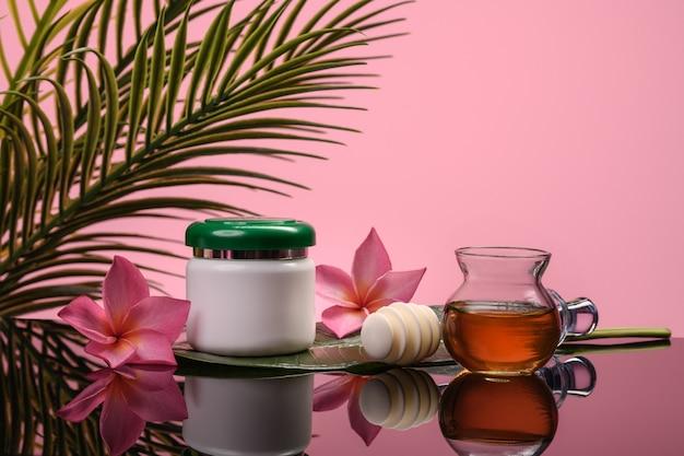 Баночка со сливками, медом и цветами для домашнего органического ухода. спа и релаксация.