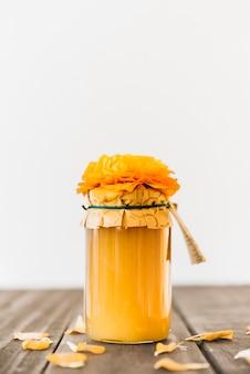 木製の表面に新鮮なレモンカードの瓶