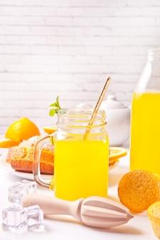 신선한 레모네이드의 항아리. 배경에 레몬 슬라이스.